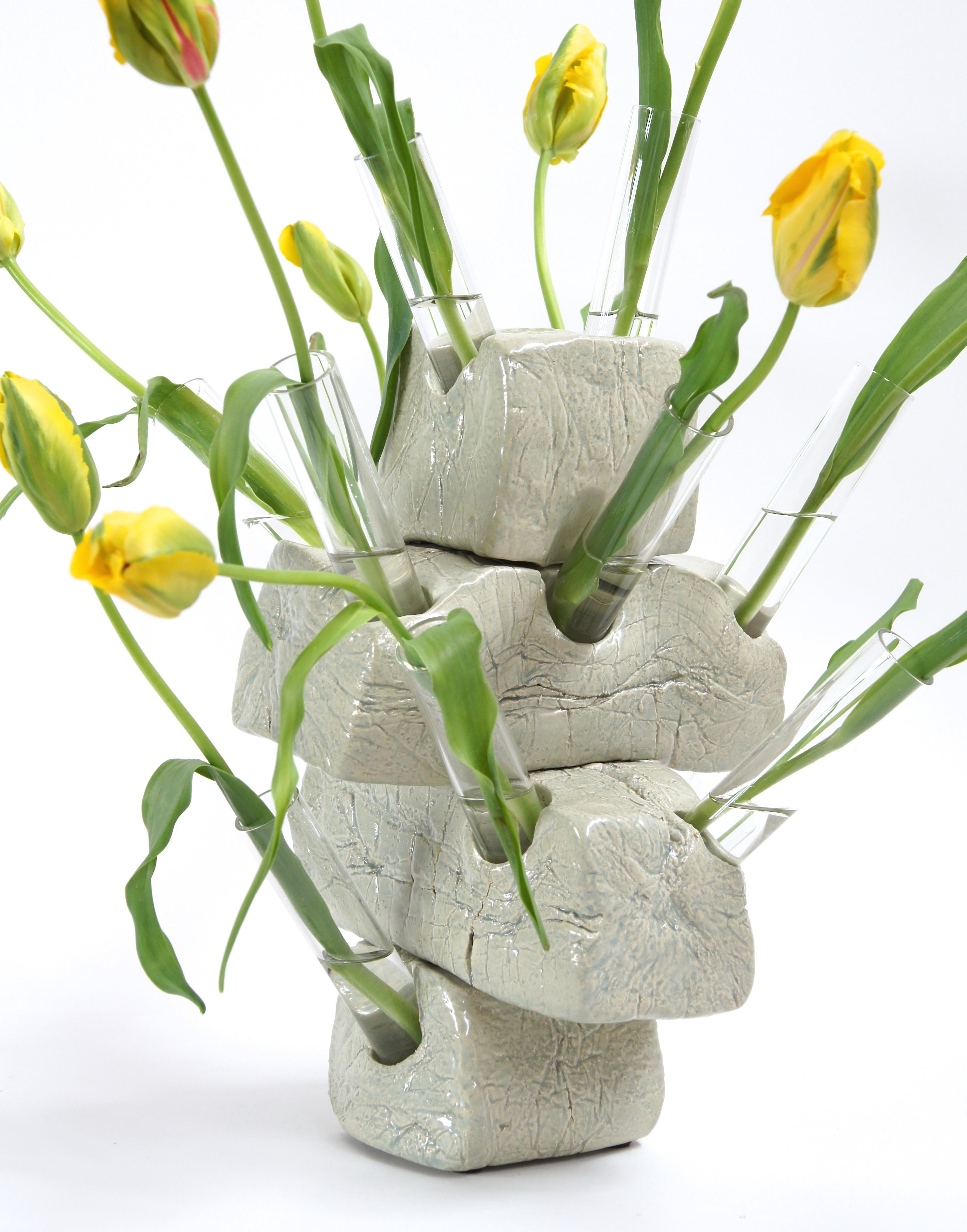 gestapelde 'bakstenen' met tulpenbollen als symbool voor speculatieve handel op de huizenmarkt